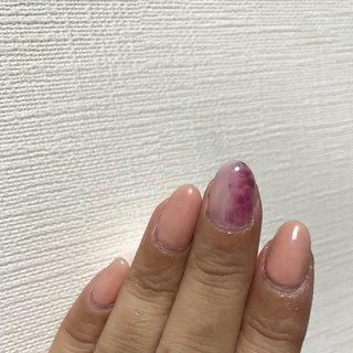 アジサイネイルをするのにブリーディングインクも使ってみました。  前回は、マーブルリキッドだけをしてみましたが、思っていた色がなくてブリーディングインクの紫色を付け加えて、たらしこみでアジサイの花を表現してみました。#ジェルネイル#ブリーディングインク#マーブルリキッド#アジサイネイル#たらしこみ #梅雨 #ハンド #シンプル #フラワー #たらしこみ #ミディアム #ベージュ #レッド #パープル #ジェル #セルフネイル #proton45 #ネイルブック