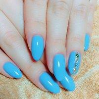 ブルーとパープルの間くらいのカラーのようでした。画像ではブルーみたいに写っていますが、実際は紫陽花のような控えめなパープルでしたけど…。ま、いっか:) #オールシーズン #ハンド #シンプル #ワンカラー #ビジュー #パール #マリン #ミディアム #ターコイズ #水色 #ブルー #セルフネイル #chimu.chimu #ネイルブック