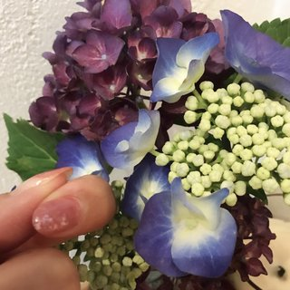 紫陽花に癒されるのでネイルもこのお花のカラーを使いました✨ とりあえずお試しで一本のみ^ ^ #春 #夏 #浴衣 #女子会 #ハンド #タイダイ #ホワイト #ブルー #ボルドー #ジェル #nail.leaf【リーフ】 #ネイルブック