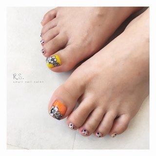 𖡼 𓐍 *• 𓇬. ◍ ༶ . • . • . • . モノクロ  手描きフラワー 𖡼 .𓇬 𓐍 ཾ• . • . • . • . 明るいイエローと  オレンジを使って ☺︎ * . • . • . • . • . Summer Yellow and Vivid Orange Nails 𖡼 🍋🍊✧ #yellownail #orangenails  #flowernails #botanicalnail #handpainted  #monotonenails  #polkadotnails  #黄色ネイル  #オレンジネイル  #クリアネイル #夏ネイル #ドットネイル  #大人ネイル #フットネイル #ジェルネイル  #foodnails #pedicures  #summernail #nail#ongles#nailart#naildesign #nailstagram#instanail #nailsalon#Akita #ネイルサロン#ジェルネイル #横手#十文字#秋田 ්⋆ #夏 #フット #シースルー #ドット #トロピカル #ボタニカル #レトロ #オレンジ #イエロー #モノトーン #ジェル #お客様 #rs.small_nail_salon #ネイルブック