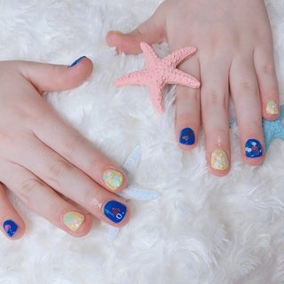 お客様ネイル💅🏼  キッズネイル👧🏻💗 可愛い姉妹のお客様にきていただきました😊♡  お姉ちゃんは黄色、ブルーにハートとカラフルホロを置いて派手可愛く😍 妹ちゃんはブルーラメでキラキラに✨   キッズネイルやっぱり可愛いです😭💓💓 #夏 #オールシーズン #海 #浴衣 #ハンド #ホログラム #ラメ #ショート #イエロー #ブルー #マニキュア #お客様 #Tiary #ネイルブック