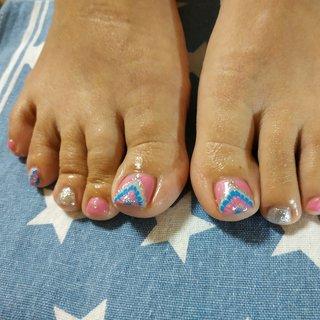 元気の出るピンクにシルバー・グレー・ブルーのピーコックで個性的な足元になりました😆❤️ #オールシーズン #パーティー #デート #女子会 #フット #ピーコック #ショート #ピンク #ブルー #シルバー #ジェル #お客様 #レノンアイ #ネイルブック