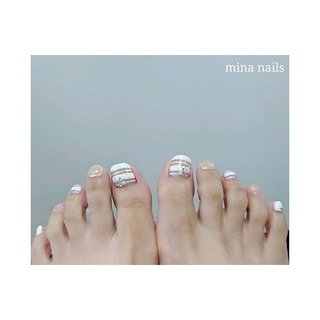 𓇢 mina nailsの夏ネイルは透け感あるデザインがオススメです。  ホワイトボーダーからオーロララメかチラチラ*゚๋ スッキリ涼し気なクリアボーダーはハンドもかわいいですよ♪ #夏 #旅行 #海 #リゾート #フット #ラメ #シェル #ボーダー #ホワイト #クリア #ジェル #お客様 #mina nails #ネイルブック