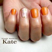 . 自爪育中のお客様。 少しづつお爪綺麗になってきました💕 . 初めてのネイルアートにもチャレンジ✨ ささやかながら、フラワーをお入れしました💕 . オレンジとの相性抜群の可愛さ✨ . ネイルがツヤツヤでテンション上がります✨ #夏 #ハンド #ホワイト #オレンジ #お客様 #ネイルサロン Kate #ネイルブック