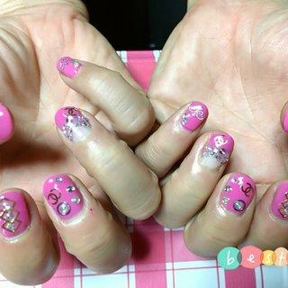 ピンク、シャネル 派手ネイル #ハンド #フレンチ #エスニック #ブランド柄 #ショート #ピンク #ジェル #お客様 #Higashibi Haruna #ネイルブック