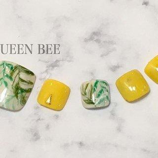 FOOT NAIL ボタニカルネイル🌴  #queenbee #queenbeenail #footnail #亀戸ネイルサロン #錦糸町ネイルサロン #summernail #botanicalart #botanicalnails #design #yellownails #夏 #フット #ボタニカル #queenbee.tokyo #ネイルブック
