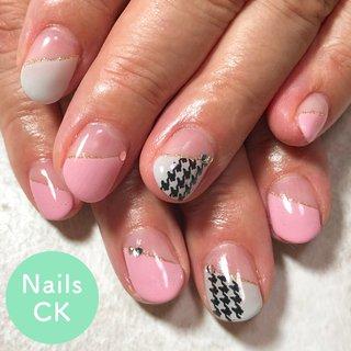 ピンクとグレーのななめフレンチに千鳥格子柄を感じるデザインです。 #秋 #オフィス #デート #女子会 #ハンド #シンプル #変形フレンチ #千鳥柄 #ショート #ピンク #グレー #ジェル #お客様 #CHIAKI #ネイルブック