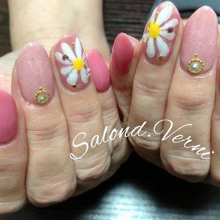 #お花ネイル #マーガレット  #ピンク   お花と言えばピンクと言えるくらい相性良いピンクと組み合わせしました! #オールシーズン #ハンド #シンプル #フラワー #ショート #ホワイト #ピンク #ジェル #お客様 #サロンド•ヴェルニ #ネイルブック