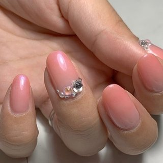 ピンクグラデーションに肌馴染みの良いオレンジを薄く重ねた大人の上品ネイルです。 スワロフスキーで華やかさをプラスして。 #グラデーション #シンプル #大人上品ネイル  #オフィス  #ピンクネイル #シェルネイル #オールシーズン #ハンド #グラデーション #ミディアム #ピンク #ジェル #セルフネイル #simple nails potara. #ネイルブック