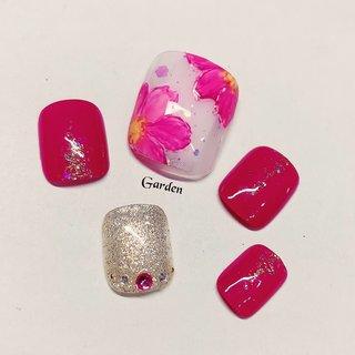 #Garden高槻フットネイル #定額アート8500円 10月♡newデザイン #コスモスネイル 新色ピンクちゃんをふんだんにワンカラーで使ってみました♡ 派手かなって方にはお手元になら、フレンチがオススメかな?🤔 コスモスは、手描きで咲かせてます🌸*°    来店前にいくらくらいになるのかな~?🤔 と不安な方は、LINE@→@tha4663p よりID検索から登録して頂き、 お気軽にお問い合わせくださいね♡   Garden高槻店 山口 麻衣  - - - - - - - - - - - - - - - - - - -   スワイプしてね🐱→ ご紹介キャンペーン♡始めました わが家のかわいいジェラたん達🐱に、 宣伝隊長を頼みます*°笑  ご友人さま、ご家族さまのご紹介頂きますと、 双方、定価より10%オフにてご利用頂けます◎ 持ち込みデザイン、過去デザインサンプルは対象です◎ (※定額デザインは、特価価格にて併用不可) ご新規さまオフ無料です*° その他キャンペーンとの併用不可✖  - - - - - - - - - - - - - - - - - - - -   LINE@にて、初回カウンセリング無料ですので、 この画像のアートだと、いくらになりますか? などのご相談はLINE@よりお受け出来ますので、 お気軽にお問い合わせくださいね♡  - - - - - - - - - - - - - - - - - - -   ✧高槻市ネイルサロン✧Garden高槻店✧ カルジェル取扱サロン、 自爪負担を最小限にジェルネイルを楽しんで頂けるよう、心掛けています。 マシンオフは行っておりませんので、 マシンが苦手な方も安心です*° より丁寧なケアをご希望な方は、 ウォーターケアをオプションにてつけることが可能です◎(初回無料、2回目以降+¥1,620) 飽きのこないオフィスネイル、 大人かわいいデザイン、キレイめネイルが人気です♡   LINE@にて、初回無料カウンセリング実施中!! ご予約もこちらから可能です◎ LINE@→@tha4663p ①お名前 ②ご希望日時 ③ご希望メニュー ④オフの有無 ⑤当店を知ったSNS をご記入の上ご連絡ください(⋆ᵕᴗᵕ⋆).+* なるべく早めに返信致します。   - - - - - - - - - - - - - - - - - - -    #Garden高槻#オーダーチップ販売#高槻ネイルサロン#茨木ネイルサロン#nail#nails#jelnail#美爪#美甲#カルジェル#ファイルオフ#ウォーターケアのあるサロン#ウォーターケア#美爪育成#定額ネイル#autumnnails#秋ネイル#オータムネイル#ガーリーネイル#大人かわいいネイル#フットネイル#ピンクネイル#大人フットネイル#手描きフラワー#フラワーネイル #秋 #フット #ホログラム #ラメ #ワンカラー #フラワー #ショート #ホワイト #ピンク #ペディキュア #ネイルチップ #maigarden32 #ネイルブック