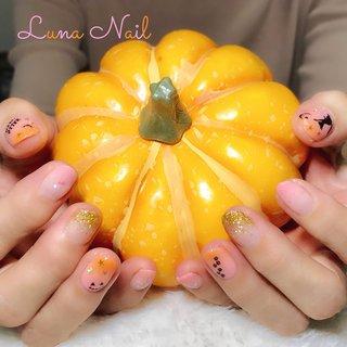 . 「ハロウィン🎃ネイルはやってみたいけどキツイ色はちょっと……💦」とY様✨ お色🎨は淡いピンクからパステルオレンジへのグラデーションで優しい雰囲気に仕上げました🍀 artもけばけばしいものは避け、黒猫チャン=^・ω・^=を描きました😌 遠目には上品さ✨さえ感じられるふんわりハロウィン👻🎃💀ネイル💅🏼の完成です👍 . #ネイル #ネイルデザイン #ハロウィン #ハロウィンネイル #グラデーション #黒猫 #ネコネイル #シルエット #長岡京市ネイルサロン #秋 #ハロウィン #パーティー #女子会 #ハンド #ラメ #グラデーション #ホログラム #アニマル柄 #ミディアム #ピンク #オレンジ #ジェル #お客様 #lunanail2018 #ネイルブック