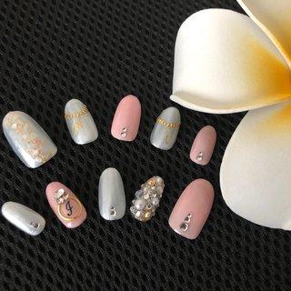 #お友達 の#ブライダルネイル#チップ を作らせてもらいました( ¨̮ )❤︎#ピンク 希望だったので取り入れてベースは#パールホワイト で!#埋め尽くし で少し派手さを。 #指輪 風でご主人、#ネックレス 風で子どもたちの#イニシャル を❤︎#指輪ネイル はどの角度から見ても#キラキラ するように#vカットストーン を配置( ¨̮ ) 左手親指は#シンプル に。右手親指は#ラメ#金箔#シェル で少しキラキラに❤︎ #ドレス がシンプルとのことで#ネイル もシンプルすぎず派手すぎず#お上品 めに…❤︎   #セルフネイラー#花嫁ネイル#結婚式#主役#ありがとう ❤︎ #ブライダル #ハンド #シンプル #ビジュー #パール #イニシャル #ホワイト #ピンク #シルバー #ジェル #ネイルチップ #ma #ネイルブック