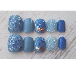 ブライダル用のネイルチップ❤︎ 2パターンご注文頂きました🤗 こちらはドレス用にブルー系のデザイン♬ とっても可愛い仕上がりになりました✨ たくさん使って頂 #ブライダル #ハンド #ワンカラー #フラワー #シェル #リボン #クリスタルピクシー #ショート #水色 #ブルー #ジェル #toironail58 #ネイルブック