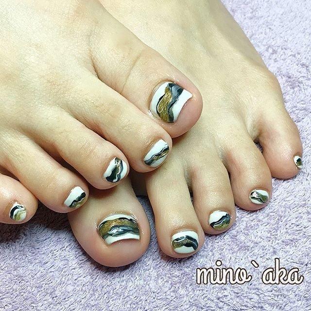 . ✩お客様footネイル✩ . ♡ 〰︎〰︎ +specialcare ♡ . specialcareでフワフワなfootに日本画風の〰︎〰︎でシックにon♡ . . . . 【🆕special foot careのお知らせ】 . special foot careで角質除去施した後ホワホワになったfoot♪. ワントーン上がってワンカラーやアートがとても映えます✨. 詳しくはお問合せ下さい🙇♀️ . . . ✐☡ご予約はDM&LINE@:【@fyh3289a】よりご連絡ください( ¨̮ )  #大人ネイル #フット #フットネイル #フットケア #ジェルネイル #和柄ネイル #和 #水墨画風 #ホワイト #ブラック #油絵ネイル #footnail #foot #メタリック #メタリックゴールド #オールシーズン #成人式 #旅行 #リゾート #フット #シンプル #ジオメトリック #大理石 #ニュアンス #和 #ショート #ホワイト #ブラック #ゴールド #ジェル #お客様 #non✱ミノッアカ #ネイルブック
