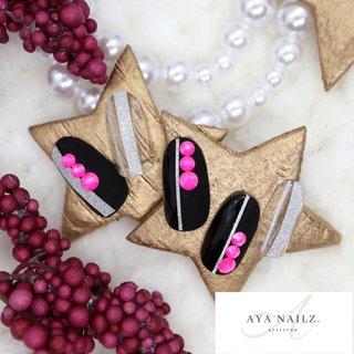 Winter collection. 冬ネイルにビビットなネオンピンクを。ベースは黒だけど半分だけマット仕上げにしてカジュアルだけどスタイリッシュなニューヨーク風に仕上げました❄️  #winternails #nailart #gelnails #gelnailsdesign #stylish #beauty #notd #nailswag #fashion #nail #AYANAILZ. #冬 #バイカラー #マット #レザー #ブラック #シルバー #ネオンカラー #ジェル #ネイルチップ #AYA #ネイルブック