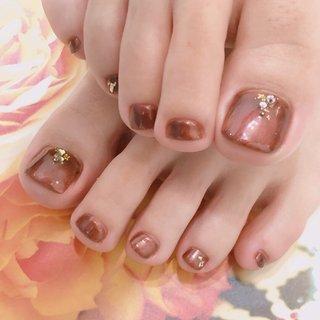 """・ ・ Autumn nails recommended brown color! ・ 🍁🍂🍄✨🍂🐿🍂✨🍄🍂🍁 ・ ・ 秋フットネイル・:*+. ・ 人気のブラウン系から、 Essenceおすすめの1色🍁 ꒰#'ω`#꒱੭ ・ ・ これから気になる、 寒い季節の乾燥による """"角質化"""" 対策。 ・ 毎日、 いろいろな年代のお客さまへ 美肌角質ケアを施術させて頂きながら、 今年の冬も無事に乗り越えて頂けるような施術を行なっていきたいと考える日々です👌🏻❤️🌟 ・ ・ 美肌角質ケアはネイルメニューと一緒にご予約可能です♪ ・ ・ あらゆる角質ケア商品の中から ひとつひとつ厳選した 2種のオーガニックスクラブで、 ふわっと柔らかく、 つるつるとした美肌を取り戻して頂けるメニューです♪ ・ ・ 本来の美しさを実感し、 笑顔で過ごして頂けることを願っています・:*+. ・ 🍁🍂🍄✨🍂🐿🍂✨🍄🍂🍁 ・ ・ ・ #nail #nails #nailstagram #naildesign #autumn #footnail #フットケア #フットネイル #秋ネイル #ネイルデザイン #ブラウンネイル #角質ケア #美肌ケア #つるつる #おすすめ #リフレ #フット #秋 #大人ネイル #シンプル #大人かわいい #essence #Essence #ネイルブック"""