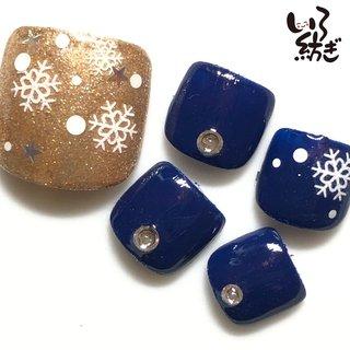 #クリスマス #冬のフットネイル #冬 #クリスマス #フット #雪の結晶 #ネイビー #ゴールド #ペディキュア #ネイルチップ #irotsumugi #ネイルブック