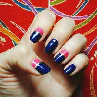 ネイビー × ビビッドピンク どちらの色も使いたくて、フレンチ風にしてみた(・×・) スタッズなくても良かったかな… #オールシーズン #ハンド #フレンチ #変形フレンチ #ミディアム #ピンク #ネイビー #マニキュア #セルフネイル #chuuu8 #ネイルブック