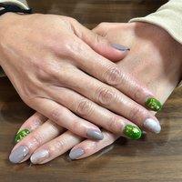 冬ネイル。:°ஐ..♡* 右手薬指の割れて短くなった爪をチップオーバーレイ  グリーンとグレージュでちょっと大人っぽく(*´꒳`*) #冬 #ハンド #ラメ #ビジュー #ショート #グリーン #グレージュ #シルバー #yu_ha's #ネイルブック