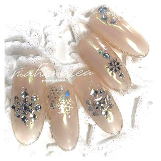 冬にやりたくなる#冬ネイル2019 クリスマスビジューで上品に♡ #クリスマスツリー  #冬 #ニュアンス #赤 #クリスマスネイル  #クリスマス #お呼ばれネイル #大人可愛い  #ニット #オフィス #ブライダル #派手ネイル #横浜ネイルサロン #クリスマスツリー  #雪の結晶  #大人ネイル #上品ネイル  #冬ネイル #グラデーション #ワンカラー  #シンプル #大人ネイル #アナ雪ネイル  #キラキラネイル #ベージュネイル #くすみネイル #チェック #チェックネイル #ビジューネイル #冬ネイル #ベージュ #ピンク #冬 #オールシーズン #クリスマス #オフィス #ハンド #シンプル #グラデーション #ラメ #ワンカラー #雪の結晶 #ミディアム #ホワイト #クリア #グレージュ #ジェル #MahanaleaNails #ネイルブック