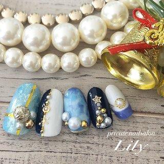 #冬 #クリスマス #パーティー #女子会 #ハンド #ビジュー #星 #タイダイ #バイカラー #雪の結晶 #ミディアム #ホワイト #水色 #ネイビー #ジェル #Lily #ネイルブック