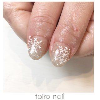 #雪の結晶ネイル ポコポコするようにマットで書いた 結晶ネイル💅 こちらも可愛い❤️ #冬 #クリスマス #ハンド #シンプル #グラデーション #ラメ #ノルディック #ミディアム #ホワイト #グレージュ #toironail58 #ネイルブック