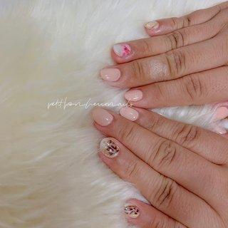 𓂃 ❊ 𓂃 シンプルですが、 薬指のお花、 ネックレスネイルのレオパード柄がとても可愛いnail❊ #オールシーズン #成人式 #バレンタイン #パーティー #ハンド #グラデーション #アニマル柄 #ハート #アーガイル #ショート #ピンク #ジェル #お客様 #nanami #ネイルブック