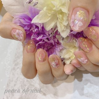 ピンクの上からオーロララメをかけて更にキュートに♡  #ピンク#ピンクネイル#雪#雪の結晶#雪の結晶ネイル#花#フラワー#ピースオブネイル #冬 #ハンド #ラメ #雪の結晶 #ミディアム #ピンク #ジェル #お客様 #peace_of_nail #ネイルブック