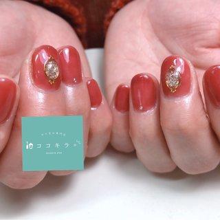 ラメのブローチ風デザインが可愛い😍 人気の赤にゴールドのブログでシックに✨ オシャレです! #春 #秋 #冬 #オールシーズン #ハンド #ブローチ #ショート #クリア #レッド #ゴールド #お客様 #cocokira #ネイルブック