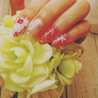 お正月ネイルです。梅の花と流れるような線のラインが、指先を美しく彩ります。お正月くらいは、金箔と赤のネイルで大胆にいってみるのもいいかも?です。(о´∀`о) #お正月 #ハンド #グラデーション #ホログラム #ラメ #チーク #オーロラ #ホワイト #クリア #レッド #ジェル #セルフネイル #とらねこ😆 #ネイルブック