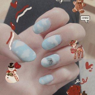 青空に蝶々のメタルパーツを置いてみました。  #メタルパーツ  #青空 #ジェルネイル  #ハンドジェル  #ハンドネイル #オールシーズン #バレンタイン #ハロウィン #女子会 #ハンド #シンプル #グラデーション #ワンカラー #カモフラージュ #ミディアム #ホワイト #水色 #メタリック #ジェル #セルフネイル #ViVI #ネイルブック