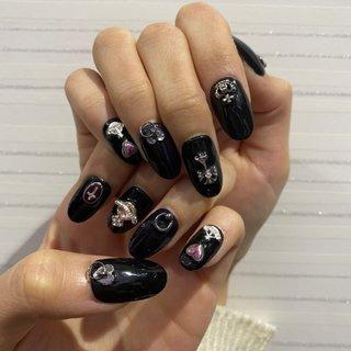 ブラックゴシック的な感じに! イメージはVivienne Westwood♡ ポイントは左手薬指と右手親指の少し揺れるボディピアス風パーツと両手薬指だけ深めの紫ってとこ!! 可愛く仕上がって満足😍😍 #オールシーズン #成人式 #旅行 #ライブ #ハンド #シンプル #ビジュー #ハート #デコ #ロック #ミディアム #ピンク #パープル #ブラック #ジェル #ネイルチップ #nera #ネイルブック