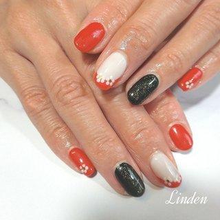 お持込デザイン💅  お正月に向けてと🌼 親指はキラキラゴールドに✨ お着物にも合いそうなら素敵なデザインでした。  #お正月 #2020 #赤 #黒 #花 #冬 #オールシーズン #お正月 #ハンド #シンプル #フレンチ #ミディアム #ホワイト #レッド #ブラック #ジェル #お客様 #Linden #ネイルブック