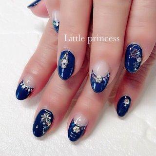 ネイビーカラーに、bijouを合わせて✨ 雪の結晶もワンポイントに❄️ 上品な冬の大人ネイルです☺︎  ♦️ http://p-little.com/ #冬 #パーティー #デート #女子会 #ハンド #フレンチ #ホログラム #ビジュー #雪の結晶 #オーロラ #ミディアム #ネイビー #シルバー #ジェル #お客様 #Little princess #ネイルブック