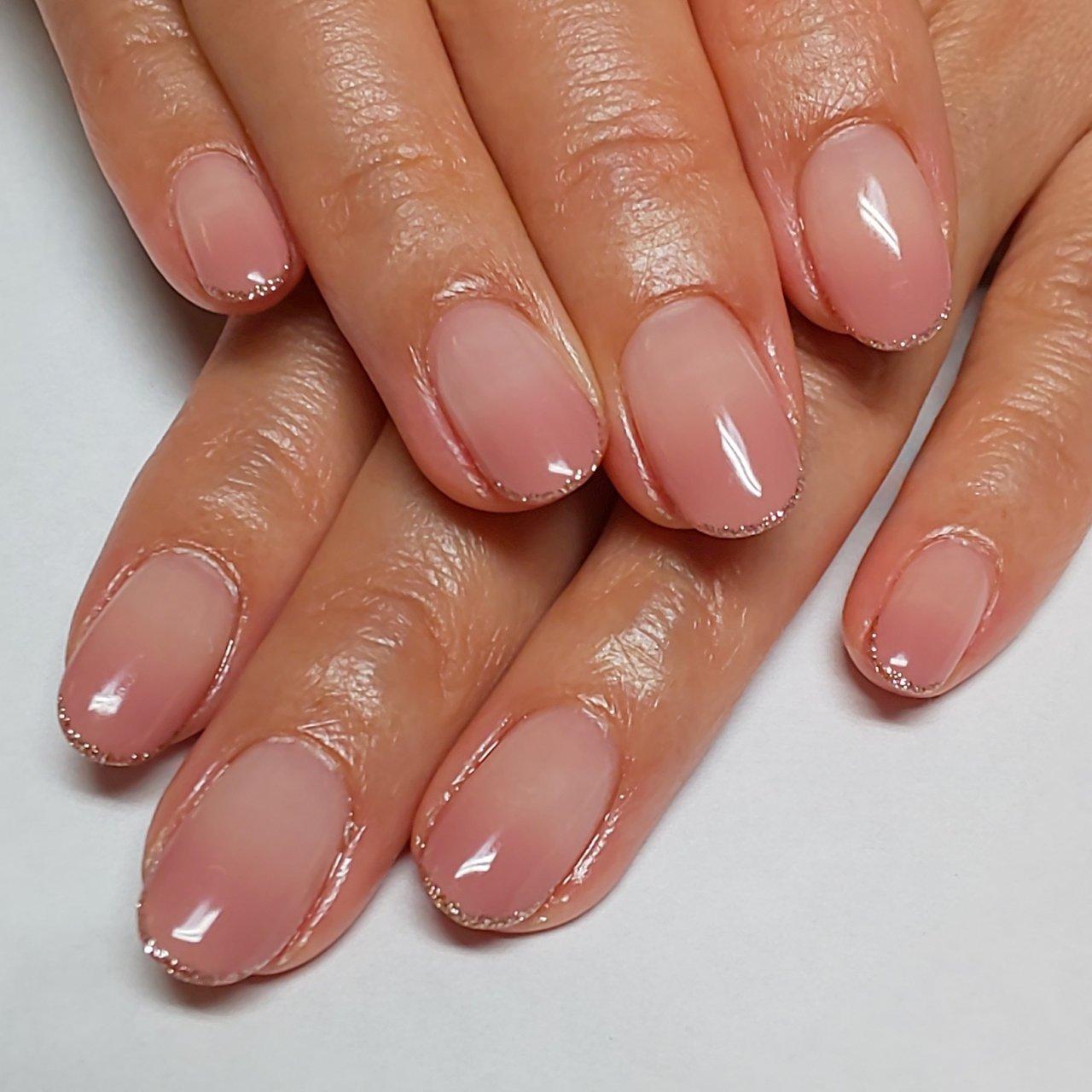 くすみピンクのグラデーションに、肌なじみの良いピンクゴールドのラメライン✨ 指を動かす度にさりげなくキラキラするラメラインは、可愛いだけでなくても綺麗に見せてくれます(^^) #オフィス #シンプル #グラデーション #ラメ #コチネイル #ネイルブック