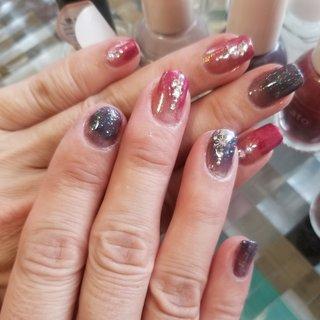 右の人差し指が折れてしまいました😭 衝動買いしたマニキュア2色で、今年最後のネイル💅 ビジューとラメでキラキラに✨💕 皆様、良いお年をお迎え下さいませ🥰💕 #秋 #冬 #お正月 #ハンド #グラデーション #ワンカラー #ビジュー #ショート #レッド #ブラック #シルバー #マニキュア #セルフネイル #ひろみん #ネイルブック