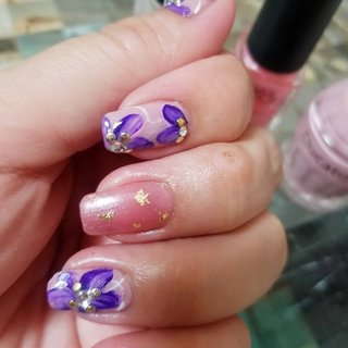 お花ネイル💅🌸 ベースのピンクは三種使用しています✨💕 #オールシーズン #お正月 #ハンド #ワンカラー #ビジュー #フラワー #ショート #ホワイト #ピンク #パープル #マニキュア #セルフネイル #ひろみん #ネイルブック