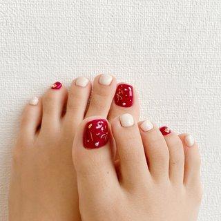 落ち着いた赤 × くすみホワイト♡  #デート #レッド  #ホワイト #フットネイル #冬 #オールシーズン #バレンタイン #デート #フット #ワンカラー #フラワー #パール #ショート #ホワイト #レッド #ボルドー #ジェル #きー #ネイルブック