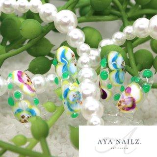 Daily nail designs. 手描き感をたっぷり残したアートネイル。 ・ 綺麗なプリントみたいな花柄じゃないのが暖かみがあっていい。こんな柄の絵皿も素敵で個人的には好みです。 ・ 雨上がりにはこんな爽やかなデザインが気持ちいい💙 #大人ネイル #gelnails #手描きアート #手描きネイル #nail #nailart #naildesigns #flowers #fashion #fashionnails #beauty #clearnails #ayanailz #オールシーズン #フラワー #シースルー #水滴 #ホワイト #水色 #パープル #ジェル #ネイルチップ #AYA #ネイルブック
