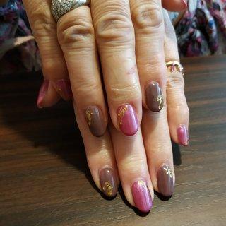 パールのはいったビビットなピンクと落ち着いたブラウンを合わせてエレガントな指先になりました😍🎶 #オールシーズン #お正月 #浴衣 #女子会 #ハンド #シンプル #ミディアム #ピンク #ブラウン #ジェル #お客様 #レノンアイ #ネイルブック