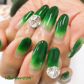 #greennails #スワロフスキー #swarovski #シンプル #グラデーション #ビジュー #グリーン #Barber226_nail #ネイルブック