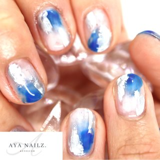 Daily nail designs. 『ショートネイルはインパクトで攻める。』 ・ 長いお爪だと少し派手な色味も短いお爪だと、とっても印象的な仕上がりに。 ・ 育児や家事で爪を長く伸ばせなくても、ショートネイルのならではの楽しみ方があります💙 #nail #nailart #大人ネイル #ママネイル #gelnails #筆跡ネイル #アート  #fashion #fashionnails #shortnails #AYANAILZ #オールシーズン #ニュアンス #ショート #ブルー #グレー #メタリック #ジェル #セルフネイル #AYA #ネイルブック