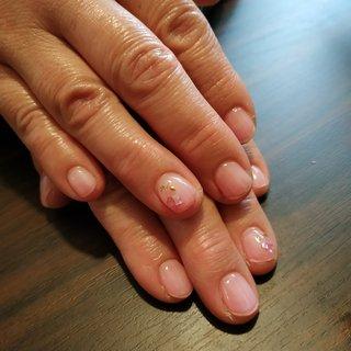 クリアピンクにシェルのお花をあしらって、とっても可愛くて健康的な爪先になりました😚✨ #オールシーズン #浴衣 #オフィス #女子会 #ハンド #シンプル #シェル #ショート #クリア #ピンク #ジェル #お客様 #レノンアイ #ネイルブック