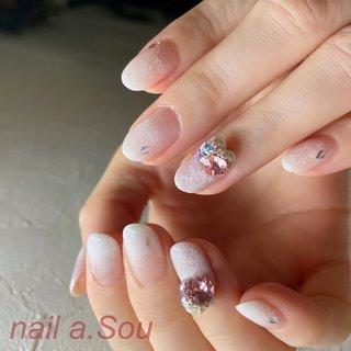 雪のようなホワイトグラデーションに雪の結晶アート スワロフスキーのビジューも乗せて輝きもプラス スワロフスキーのカラーは春を感じるピンクをメインに♪ #冬 #デート #女子会 #ハンド #グラデーション #ビジュー #雪の結晶 #ホワイト #ピンク #お客様 #nail.a.Sou #ネイルブック
