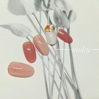 新作【スタンダードデザイン】✨  薬指の天然石パーツが透明感を引き出します♪    ---------------------  グレー ベージュ スモーキーカラー 得意です♪  お爪に優しいパラジェル使用。  サロン初心者の方でも安心✨ お肌に合うカラーをご希望に合わせてブレンド致します。  お気軽にご相談ください!  #春ネイル #muku #mukunail #ebisu #オフィスネイル #上品ネイル #大人ネイル #大人上品ネイル #大人の指先 #美爪 #パラジェル #オーダーメイドネイル #シンプルネイル #ネイルケア #恵比寿プライベートネイルサロン #隠れ家サロン #恵比寿 #恵比寿ネイルサロン #春 #ハンド #ラメ #ワンカラー #ミディアム #ピンク #レッド #ジェル #ネイルチップ #tomo #ネイルブック