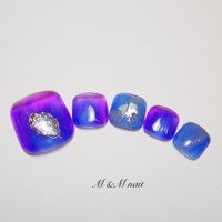 オーロラのようなブルー&パープルの色味でキレイなフットデザインネイル♡ メタリックシルバーラインもポイントです✨ #春 #夏 #旅行 #梅雨 #フット #大理石 #ニュアンス #ブルー #パープル #グレー #ジェル #ネイルチップ #mandmnail #ネイルブック