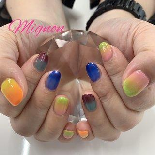 グラデーション💅🏻 ツートングラデーション✨ お客様好みのカラーを組み合わせ色んな色を使用し グラデーションしました。 カラフルで明るく賑やかな仕上がりです💕 #オールシーズン #ハンド #グラデーション #オレンジ #イエロー #ブルー #ジェル #Mignon #ネイルブック