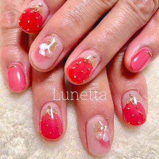 ストロベリーネイル お客さまのお持ち込みデザインです 淡いピンクをベースにしてイチゴをデザインしました 透け感のあるカラーでのイチゴなのでエアリーな感じの仕上がりに 春先にピッタリなデザインです #ストロベリー #ストロベリーネイル #いちごネイル #シェル #オールシーズン #バレンタイン #デート #女子会 #ハンド #ラメ #シェル #フルーツ #ショート #ピンク #レッド #ゴールド #ルネッタ #ネイルブック