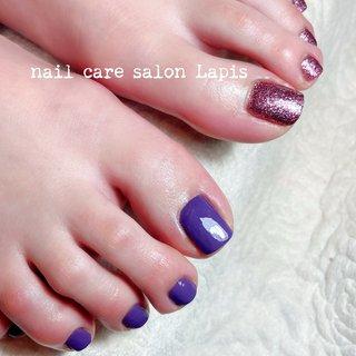 甘皮を切らない自爪育成ネイルケア®︎ フットネイル ポリッシュ仕上げ✨ . 2色のパープル♪ 冬でも足下を綺麗に女子力UP! . . . ※当店の自爪育成ネイルケア®とは 甘皮は切らず、甘皮と爪の間から 伸びている角質(ルースキューティクル)を 定期的に取り除き、良質なオイルを塗布することで 爪の育成を促進させます。  #nail #nails #nailart #polish #carecollar #shortnail #nailcaresalonLapis #ufv #ネイル #爪健美道 #マニキュア #ポリッシュ #『爪健美道®︎』#テラヘルツ波 #オフィスネイル #自爪育成ネイルケア®︎協会 #自爪育成ネイルケア®︎士 #ショートネイル #ケアカラー #海老名市河原口ネイルサロンLapis #海老名市河原口プライベートネイルサロンLapis #小田急線厚木駅徒歩7分 #JR相模線厚木駅徒歩7分 #魔法の靴下 #エアライズ取り扱いサロン #lipaddict取り扱いサロン #ufv正規取扱店 #整形リップ #オールシーズン #バレンタイン #卒業式 #デート #フット #シンプル #ホログラム #ラメ #ワンカラー #ショート #パープル #メタリック #マニキュア #お客様 #mina37lapis #ネイルブック
