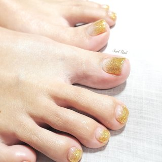 キャンペーンネイル♪  ゴールドラメグラ きらびやかで✨ゴージャス お風呂で足を上げてかざす楽しさ🛀💕 #春 #冬 #オールシーズン #フット #シンプル #グラデーション #ラメ #ゴールド #ジェル #お客様 #Soel Nail #ネイルブック